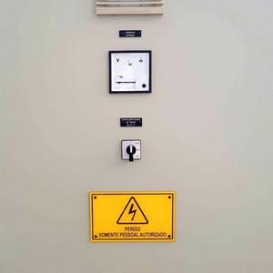 Etiqueta acrílica para painel elétrico industrial